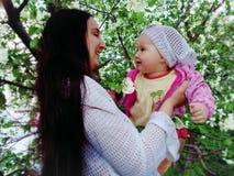 Madre e bambino nei fiori di Apple fotografia stock libera da diritti