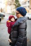Madre e bambino nel freddo fotografia stock