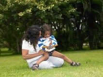 Madre e bambino nel giardino immagini stock