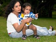 Madre e bambino nel giardino fotografie stock libere da diritti