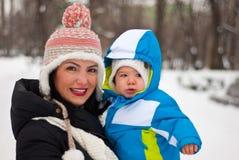 Madre e bambino nel parco di inverno immagini stock