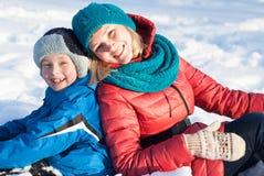 Madre e bambino in neve Immagini Stock
