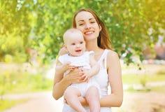 Madre e bambino positivi fotografie stock