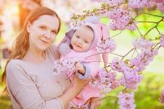 Madre e bambino in primavera Immagine Stock
