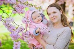 Madre e bambino in primavera Immagini Stock
