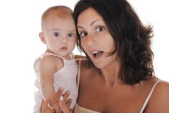 Madre e bambino sorpresi davanti ad un BAC bianco fotografie stock libere da diritti
