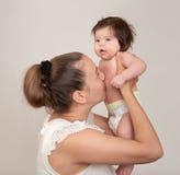 Madre e bambino su bianco Fotografia Stock