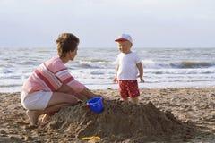 Madre e bambino su una spiaggia Immagini Stock