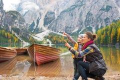 Madre e bambino sui braies del lago nel Tirolo del sud Fotografia Stock