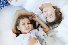 Madre e bambino sul letto sopra la vista fotografia stock libera da diritti