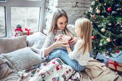 Madre e bambino a tempo di Natale fotografia stock libera da diritti