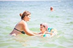 Madre e bambino in vacanza Immagini Stock Libere da Diritti