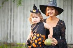 Madre e bambino vestiti come il ritratto delle streghe Fotografia Stock