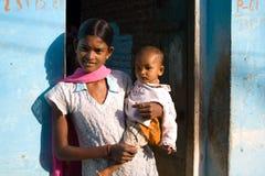 Madre e bambino, villaggio di Khajuraho, India. Fotografia Stock