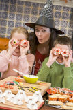 Madre e due bambini al gioco di Halloween Fotografia Stock