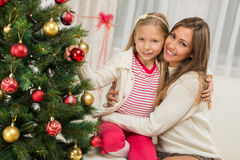 Madre e Dughter che decorano l'albero di Natale Fotografia Stock