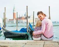 Madre e fare da baby-sitter sul canal grande a Venezia Fotografie Stock