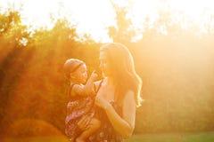 Madre e figlia adorabile al parco soleggiato immagine stock