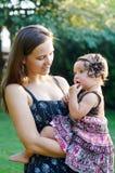 Madre e figlia adorabile al parco soleggiato fotografia stock