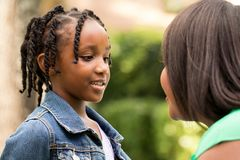 Madre e figlia afroamericane felici Fotografie Stock Libere da Diritti