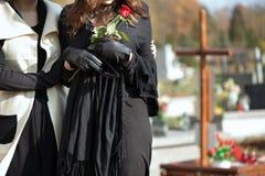Madre e figlia al cimitero Fotografie Stock Libere da Diritti