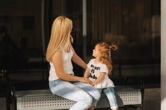 Madre e figlia all'aperto in città Gioco e divertiresi Divertiresi felice della figlia della madre e del bambino di modo immagine stock libera da diritti