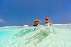 Madre e figlia alla spiaggia Fotografie Stock Libere da Diritti
