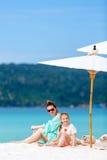 Madre e figlia alla spiaggia Fotografia Stock