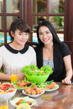 Madre e figlia asiatiche alla tavola immagini stock libere da diritti