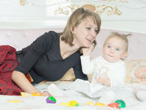 Madre e figlia caucasiche felici della famiglia sul letto a casa fotografia stock