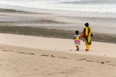 Madre e figlia che camminano sulla spiaggia Fotografie Stock Libere da Diritti