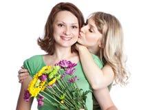 Madre e figlia che celebrano giorno della madre Immagini Stock Libere da Diritti
