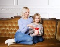 Madre e figlia che celebrano il Natale a casa Fotografie Stock Libere da Diritti
