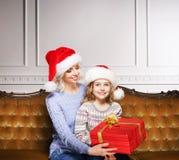 Madre e figlia che celebrano il Natale a casa Fotografia Stock Libera da Diritti