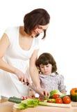 Madre e figlia che cucinano alla cucina Fotografia Stock Libera da Diritti