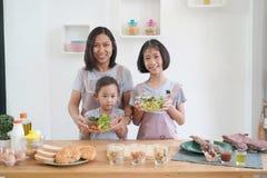 Madre e figlia che cucinano nella cucina a casa Fotografia Stock Libera da Diritti