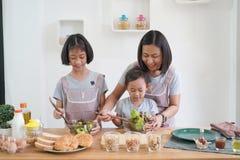 Madre e figlia che cucinano nella cucina a casa Immagini Stock