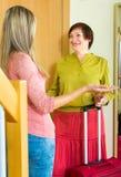 Madre e figlia che dicono arrivederci nella stanza Fotografia Stock