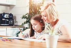 Madre e figlia che disegnano Toogether fotografie stock libere da diritti