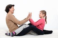 Madre e figlia che dividono momento Immagine Stock