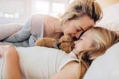Madre e figlia che dormono insieme Fotografie Stock