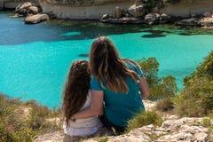 Madre e figlia che esaminano il mare immagini stock