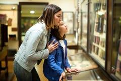 Madre e figlia che esplorano le esposizioni medievali fotografia stock