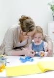 Madre e figlia che fanno gli artigianato. Immagine Stock Libera da Diritti
