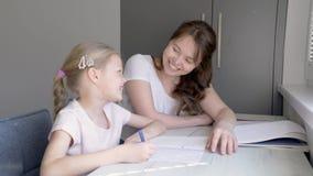 Madre e figlia che fanno insieme compito stock footage
