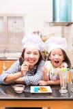 Madre e figlia che fanno la palla della gelatina Fotografia Stock