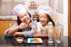 Madre e figlia che fanno la palla della gelatina Immagine Stock Libera da Diritti