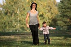 Madre e figlia che fanno una passeggiata nella sosta Immagini Stock