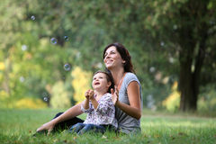 Madre e figlia che giocano con la bolla Fotografia Stock