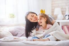 Madre e figlia che giocano e che abbracciano Fotografia Stock Libera da Diritti